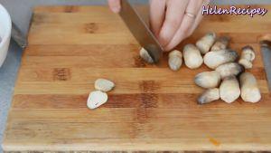 Đam Mê Ẩm Thực Loại-bỏ-phần-chân-và-chẻ-đôi-hoặc-chẻ-4-phần-nấm-rơm-và-cho-vào-bát2