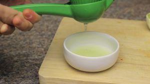 Đam Mê Ẩm Thực Loại-bỏ-vỏ-chanh-để-chánh-tinh-dầu-bị-đắng-và-vắt-nước-cốt-chanh-ra-bát-nhỏ2