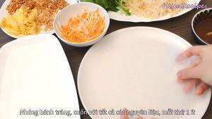 Đam Mê Ẩm Thực Nhúng-cạnh-bánh-tráng-vào-nước-rồi-để-ra-đĩa-và-cuộn-với-tất-cả-các-nguyên-liệu-mỗi-thứ-1-ít4