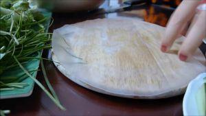 Đam Mê Ẩm Thực Nhúng-qua-bánh-tráng-bánh-đa-nem-vào-nước-hoặc-vẩy-chút-nước-vào-bánh-tráng-và-trải-lên-đĩa3