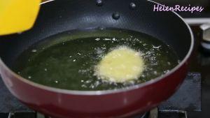 Đam Mê Ẩm Thực Nhúng-xẻng-vào-dầu-để-chống-dính-cho-từng-1-2-miếng-bánh-xôi-vào-chiên2