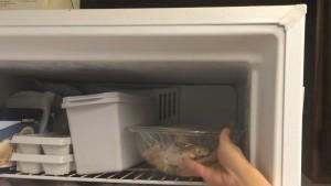 Đam Mê Ẩm Thực Sau-đó-bọc-kín-bát-cánh-gà-bằng-màng-bọc-thực-phẩm-và-ướp-30-phút-trong-tủ-lạnh-xong-chuyển-sang-tủ-đông-thêm-30-phút2