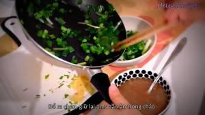 Đam Mê Ẩm Thực Sau-15-giây-cho-hành-ra-bát-riêng-và-giữ-lại-dầu-ăn-trong-chảo2