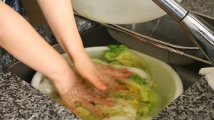 Đam Mê Ẩm Thực Sau-2-tiếng-ngâm-trong-nước-muối-cho-cải-thảo-vào-chậu-nước-lạnh-rửa-sạch-vài-lần