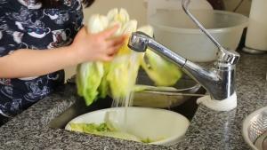Đam Mê Ẩm Thực Sau-2-tiếng-ngâm-trong-nước-muối-cho-cải-thảo-vào-chậu-nước-lạnh-rửa-sạch-vài-lần3