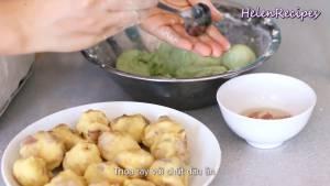 Đam Mê Ẩm Thực Sau-30-phút-thoa-1-chút-dầu-ăn-lên-tay-ngắt-bột-vo-tròn-ép-dẹt.-Đặt-nhân-đậu-xanh-vào-giữa-và-vo-tròn