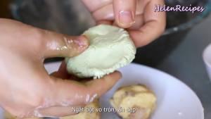 Đam Mê Ẩm Thực Sau-30-phút-thoa-1-chút-dầu-ăn-lên-tay-ngắt-bột-vo-tròn-ép-dẹt.-Đặt-nhân-đậu-xanh-vào-giữa-và-vo-tròn2