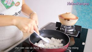 Đam Mê Ẩm Thực Sau-khi-chảo-nóng-cho-cơm-vào-chảo.-Dùng-vá-cơm-ép-và-dàn-cơm-thành-lớp-mỏng2