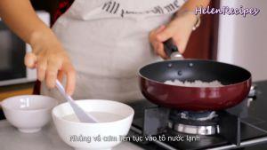 Đam Mê Ẩm Thực Sau-khi-chảo-nóng-cho-cơm-vào-chảo.-Dùng-vá-cơm-ép-và-dàn-cơm-thành-lớp-mỏng3