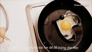 Đam Mê Ẩm Thực Sau-khi-dầu-nóng-cho-trứng-vào-khuôn-để-tạo-hình-và-rán-cho-đến-khi-chín-đều