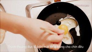 Đam Mê Ẩm Thực Sau-khi-dầu-nóng-cho-trứng-vào-khuôn-để-tạo-hình-và-rán-cho-đến-khi-chín-đều2