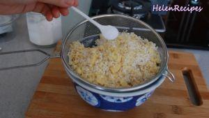 Sau-khi-gạo-nếp-đã-ngâm-và-để-ráo-thêm-12-chỗ-đậu-xanh-vừa-xay-nhuyễn-12-tsp-Muối-và-trộn-đều2