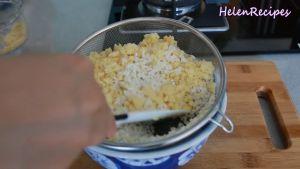 Sau-khi-gạo-nếp-đã-ngâm-và-để-ráo-thêm-12-chỗ-đậu-xanh-vừa-xay-nhuyễn-12-tsp-Muối-và-trộn-đều3