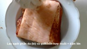 Đam Mê Ẩm Thực Sau-khi-tẩm-ướp-xong-phần-thịt-heo-lau-sạch-phần-da-bì-và-phết-hỗn-hợp-muối-giẩm-ở-bước-2-lên2