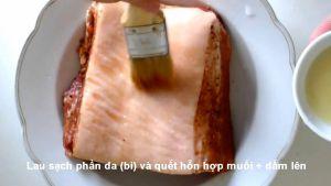 Đam Mê Ẩm Thực Sau-khi-tẩm-ướp-xong-phần-thịt-heo-lau-sạch-phần-da-bì-và-phết-hỗn-hợp-muối-giẩm-ở-bước-2-lên4