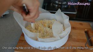 Sau-khi-trộn-cho-vào-xửng-hấp-có-lót-lá-chuối-hoặc-giấy-nến-đục-vài-lỗ-cho-thông-hơi-và-hấp-trong-15-phút2