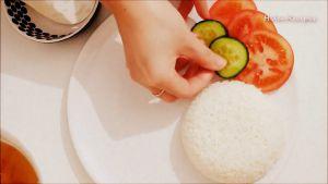 Đam Mê Ẩm Thực Sau-khi-trứng-và-sườn-đã-chuẩn-bị-xong-cho-cơm-sườn-trứng-ra-đĩa-trang-trí-theo-ý-thích-và-dùng-kèm-với-lát-dưa-chuột-cà-chua3
