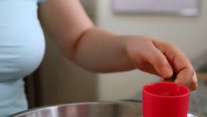 Đam Mê Ẩm Thực Thêm-1-cup-Ớt-bột-1-tbsp-Nước-mắm-1-tbsp-Đường-kính-14-cup-Nước-1-tbsp-Vừng-mè-và-trộn-đều4