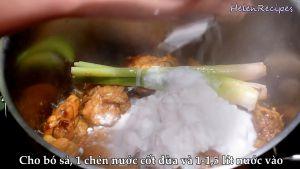 Đam Mê Ẩm Thực Thêm-3-củ-sả-nước-cốt-dừa-nước-lãnước-dùng-gà-vào-nồi-đun-sôi-và-dùng-rây-vớt-bọt2