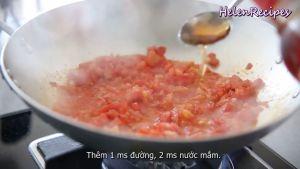 Đam Mê Ẩm Thực Thêm-Cà-chua-cắt-hạt-lựu-1-tbsp-Đường-kính-2-tbsp-Nước-mắm-và-đảo-đều.-Sau-đó-đậy-nắp-và-nấu-trong-5-phút-cho-đến-khi-cà-chua-mềm-và-sệt-như-sốt-cà-chua4
