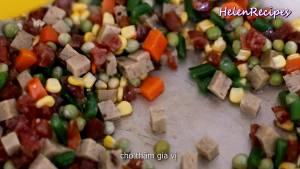 Đam Mê Ẩm Thực Thêm-phần-rau-củ-giò-lạp-xưởng-vào-và-xào-trong-3-phút-cho-ngấm-gia-vị2