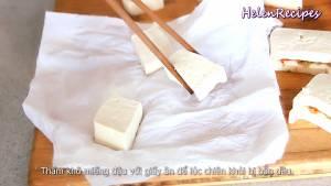 Đam Mê Ẩm Thực Thấm-khô-miếng-đậu-với-giấy-ăn-để-lúc-chiên-khỏi-bị-bắn-dầu