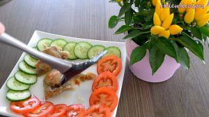 Đam Mê Ẩm Thực Trang-trí-cùng-lát-cà-chua-và-dưa-chuột-rắc-thêm-ớt-bột-và-hoàn-thành