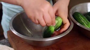 Đam Mê Ẩm Thực Xát-2-tbsp-muối-đều-vào-từng-quả-dưa-chuột
