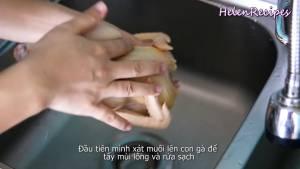 Đam Mê Ẩm Thực Xát-muối-lên-con-gà-để-loại-bỏ-mùi-lông-và-rửa-sạch2