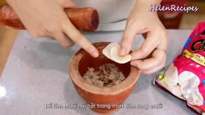 Đam Mê Ẩm Thực Để-nổi-bật-Muối-trong-món-Tôm-rang-muối-Cho-3-Bánh-phồng-tôm-vào-cối-và-giã-nhỏ