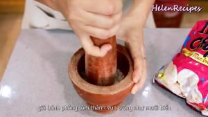 Đam Mê Ẩm Thực Để-nổi-bật-Muối-trong-món-Tôm-rang-muối-Cho-3-Bánh-phồng-tôm-vào-cối-và-giã-nhỏ2