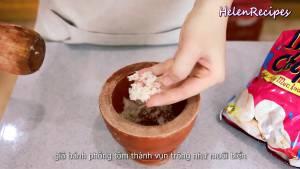 Đam Mê Ẩm Thực Để-nổi-bật-Muối-trong-món-Tôm-rang-muối-Cho-3-Bánh-phồng-tôm-vào-cối-và-giã-nhỏ3