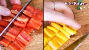 Đam Mê Ẩm Thực 1-quả-Ớt-chuông-đỏ-1-quả-Ớt-chuông-vàng-rửa-sạch-loại-bỏ-hạt-và-cắt-miếng-vuông4