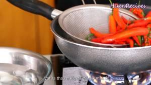 Đam Mê Ẩm Thực Cho-Ớt-Cà-chua-vào-chảo-nước-sôi-trần-trong-2-3-phút2-dammeamthuc.com_