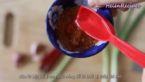 Đam Mê Ẩm Thực Cho-1-tbsp-Nước-nóng-1-tbsp-Ớt-bột-và-hòa-đều2-dammeamthuc.com_