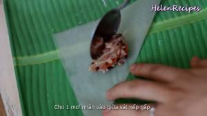 Đam Mê Ẩm Thực Cho-1-tsp-Nhân-vào-giữa-sát-mép-nếp-gấp-và-đặt-1-con-tôm-sao-cho-đuôi-hướng-ra-ngoài-dammeamthuc.com_