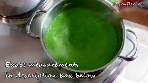 Đam Mê Ẩm Thực Cho-60g-Bột-đậu-xanh-hoặc-bột-năng-2-tbsp-Đường-400ml-Nước-14-tsp-Tinh-dầu-lá-Dứa-vào-nồi-và-khuấy-đều2-dammeamthuc.com_