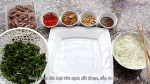 Đam Mê Ẩm Thực Cho-Rau-húng-Rau-Ngò-om-Rau-Mùi-tàu-Ngò-gai-rửa-sạch-cắt-đoạn-sắp-ra-đĩa