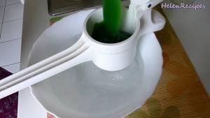 Đam Mê Ẩm Thực Cho-hỗn-hợp-bột-vào-dụng-cụ-nghiền-khoai-tây-và-ép-nhẹ-tay-sao-cho-bột-lọt-xuống-bát-nước-đá-từng-chút-một-dammeamthuc.com_