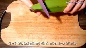 Đam Mê Ẩm Thực Chuối-chát-chuối-xanh-loại-bỏ-2-đầu-tước-vỏ-và-cắt-lát-mỏng.-Sau-đó-ngâm-trong-nước-muối-tránh-bị-thâm