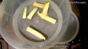 Đam Mê Ẩm Thực Chuối-chát-chuối-xanh-loại-bỏ-2-đầu-tước-vỏ-và-cắt-lát-mỏng.-Sau-đó-ngâm-trong-nước-muối-tránh-bị-thâm5