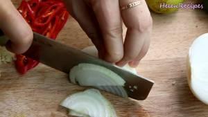 Đam Mê Ẩm Thực Hành-tây-cắt-thật-mỏng-và-cho-vào-nước-đá-ngâm-cho-giòn-và-bớt-hăng.-Sau-khi-ngâm-xong-để-ráo-nước2