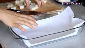 Đam Mê Ẩm Thực Lót-1-lớp-giấy-bếp-bên-dưới-đáy-khay-thủy-tinh-và-trải-đều2-dammeamthuc.com_
