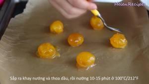 Sau-10-phút-cho-lòng-đỏ-Trứng-ra-khay-đã-lót-sẵn-giấy-nến-dammeamthuc.com_