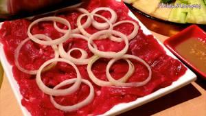 Đam Mê Ẩm Thực Thịt-bò-thái-lát-mỏng-ngang-thớ-và-cho-ra-đĩa-Mẹo-cho-vào-ngăn-đá-trong-45-phút-sẽ-thái-lát-mỏng-hơn2