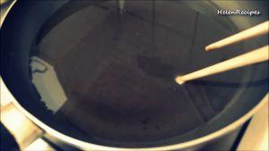 Đam Mê Ẩm Thực Cho-Dầu-ăn-vào-chảo-và-đun-cho-nóng-già-với-lửa-vừa-dammeamthuc.com_