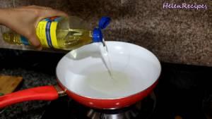 Đam Mê Ẩm Thực Cho-dầu-ăn-vào-chảo-đun-nóng-với-lửa-vừa-dammeamthuc.com_