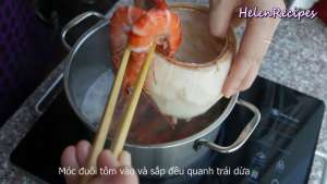 Đam Mê Ẩm Thực Sau-khi-Tôm-chín-trang-trí-Tôm-xung-quanh-miệng-quả-Dừa-dammeamthuc.com_