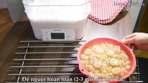 Đam Mê Ẩm Thực Sau-khi-hấp-xong-cho-Bánh-Chuối-Hấp-ra-đĩa-rồi-chia-bánh-thành-từng-miếng-nhỏ-vừa-ăn2-dammeamthuc.com_