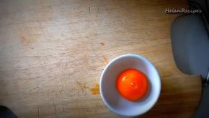 Đam Mê Ẩm Thực Tách-lòng-đỏ-trứng-vào-bát-nhỏ-dammeamthuc.com_